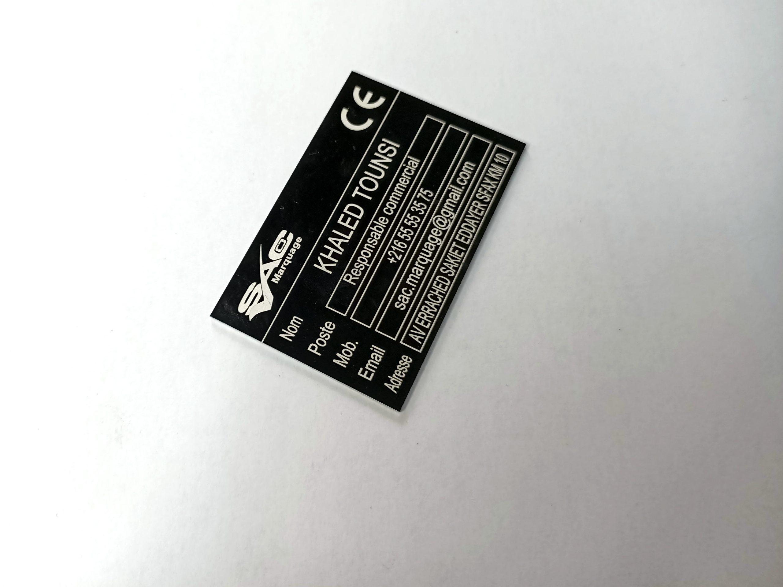 plaque en aluminium anodisé noir avec marquage laser
